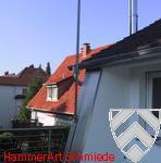 Wandverkleidung und Fahnenmast in Edelstahl