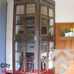 Eisenschrank mit alten Holzfenstern